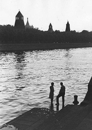 By the river. Moscow, Kremlin embankment, 1966. Silver-gelatin imprint. Collection of MAMM