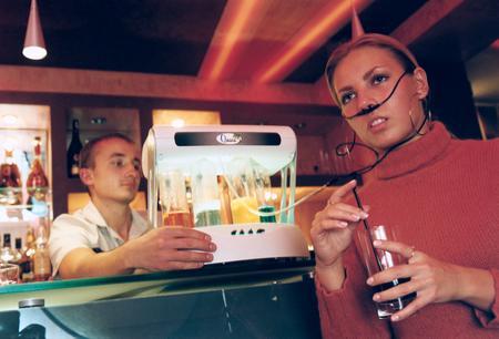 Посетительница кафе Шизлонг принимает кислородный коктейль.